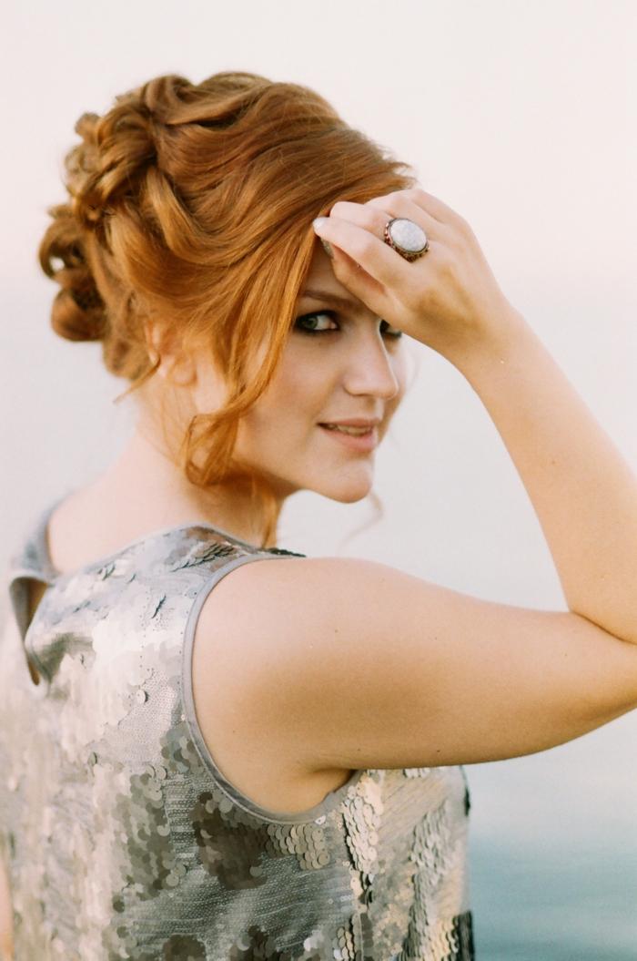 dünnes haar frisuren, fuchsrote haare stylen, silberner top, großer ring mit weißem stein