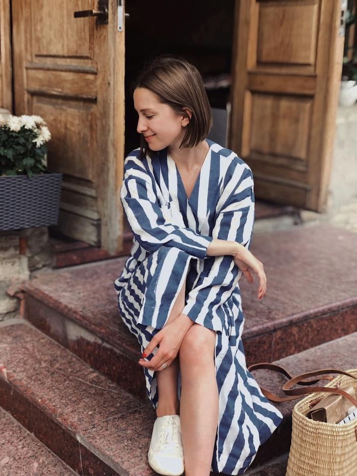 dünnes haar frisuren, langes kleid mit sneackers kombinieren, kurze haare, sommerlicher look, locker und zufrieden