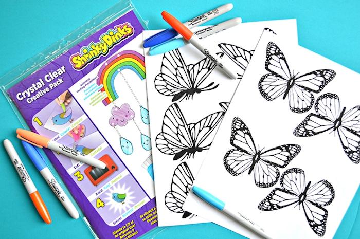 Schmetterlinge drucken lassen und mit Filzstiften ausmalen, Bastelidee für Kinder