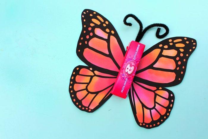 Kaugummi mit Schmetterlingsflügeln dekorieren, DIY Geschenkidee für Kinder