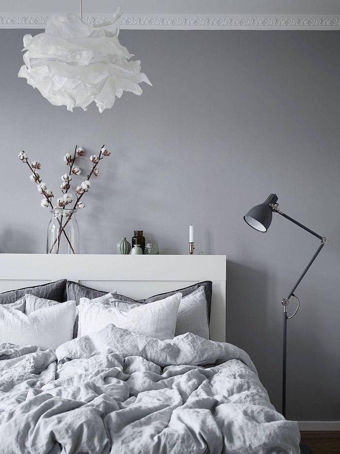 wand grau streichen, weißen lampenschirm, einmachglas mit zweigen, graue bettwäsche