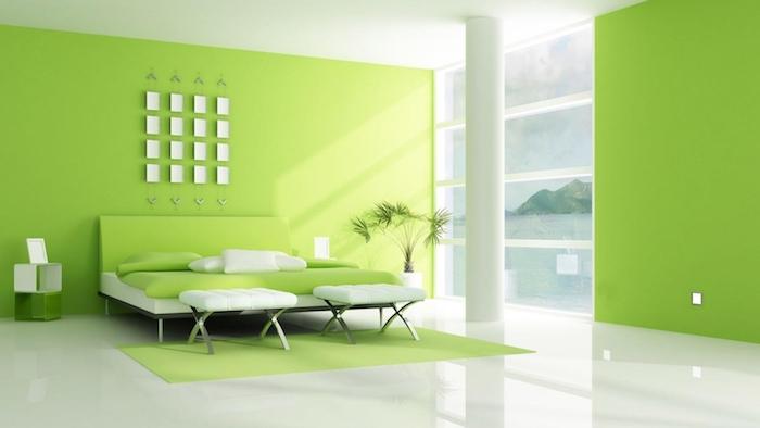 schlafzimmer einrichten, ein schlafzimmer mit grünen wänden und einem bett mit grünen und weißen kissen und eine weiße vase mit grünen pflanzen, wandfarbe schlafzimmer