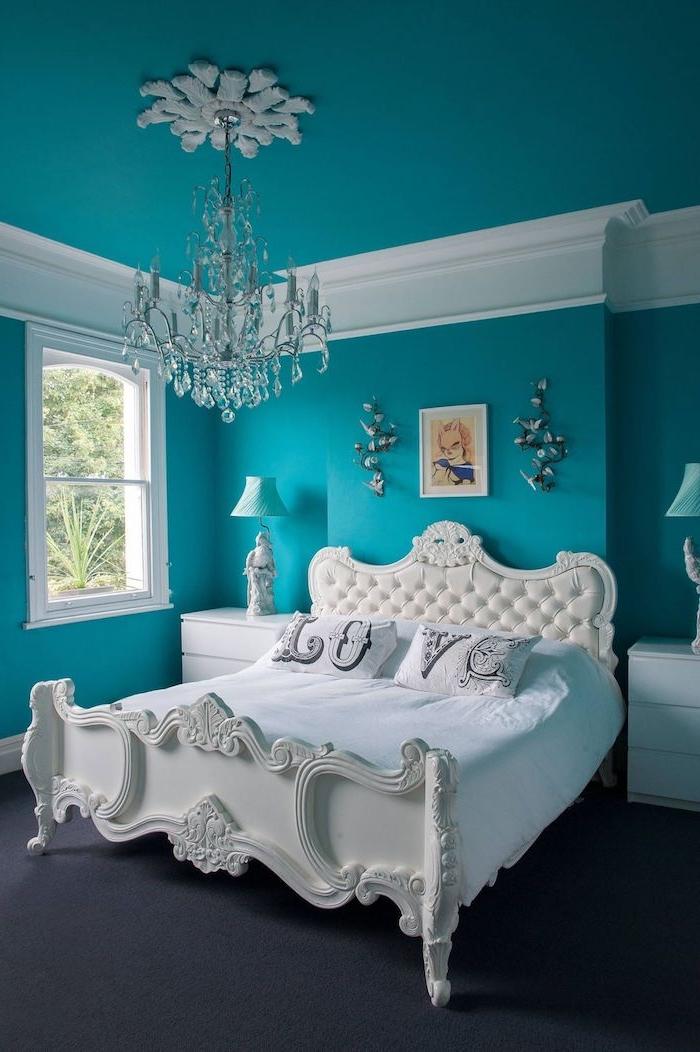 wandfarbe schlafzimmer, ein weißes bett mit einer weißen decke und mit zwei weißen kissen, wandfarbe blau, wandfarbe schlafzimmer