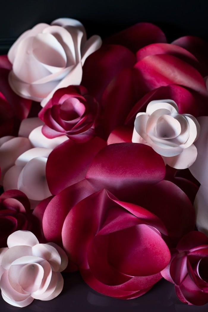 wanddeko selber machen, große blumen aus rosa bastelkarton, basteln mit papier