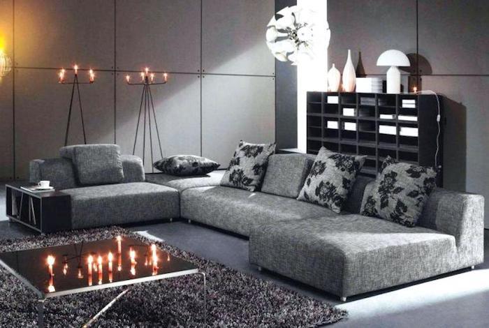 wandfarbe grautöne, großes sofa, dekokissen mit schwarzen blumen, runde pendelleuchte