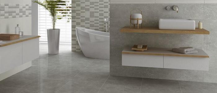 wandfarbe hellgrau, freistehende badewanne, badezimmer einrichtungsideen, graue fliesen
