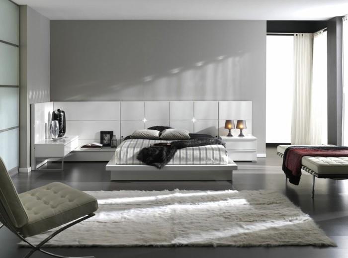 wandfarbe hellgrau, schlafzimmer in grau einrichten, weißes bett mit nachttischen, zwei stehlampen