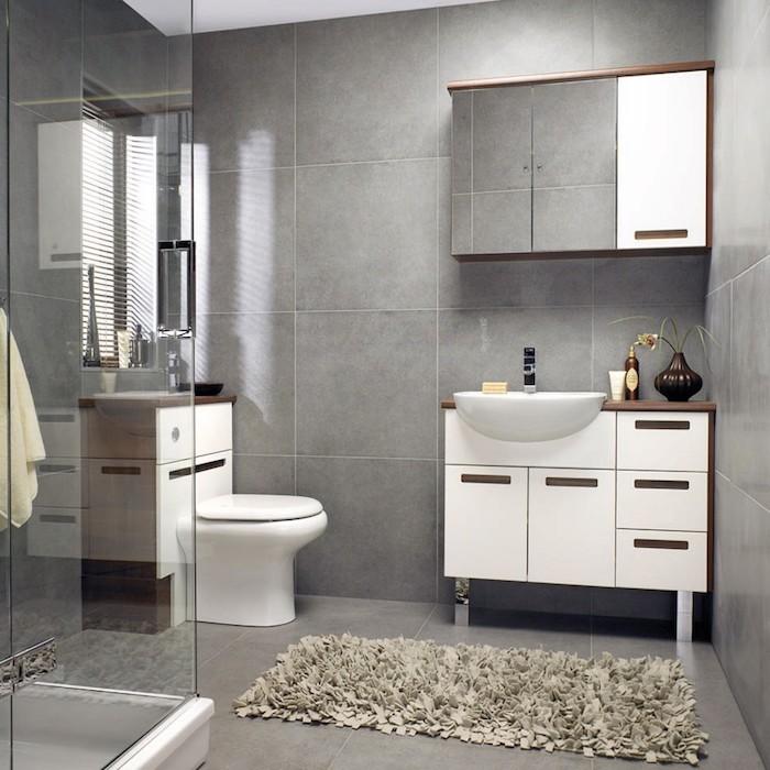 graue wand, bad möbel set in weiß und holz, graue badematte, badezimmereinrichtung