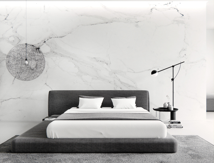 wandfarbe hellgrau, wand mit marmor muster, großes bett, hängelampe mit rundem lampenschirm