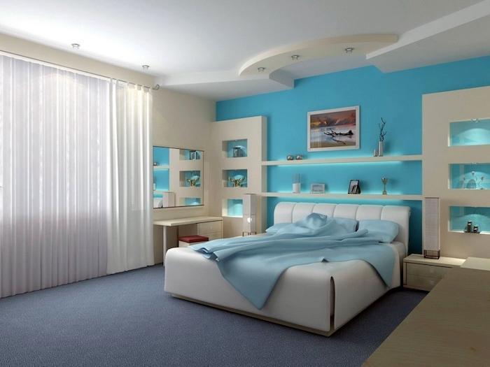 fenster mit einem weißen vorhang, ein blauer teppich und ein weißes bett mit einer blauen decke, schlafzimmer mit weißen und blauen wänden, wand farbig streichen