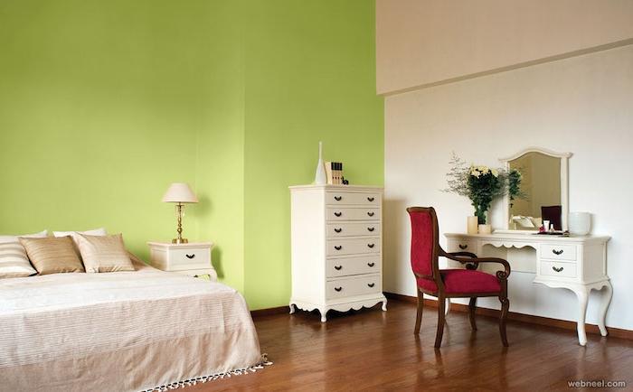ein brauner boden aus holz und ein weißes bett mit beigen kissen und eine kleine weiße lampe und eine grüne wand und ein roter stuhl, schlafzimmer streichen ideen