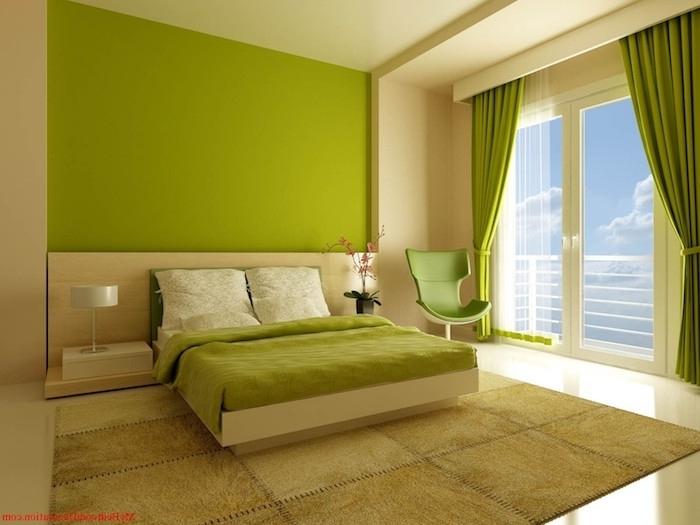 große grüne wand und ein bett mit einer grünen decke und großen kissen und ein grüner stuhl, ein fenster mit einem grünen vorhang, wandfarbe grün