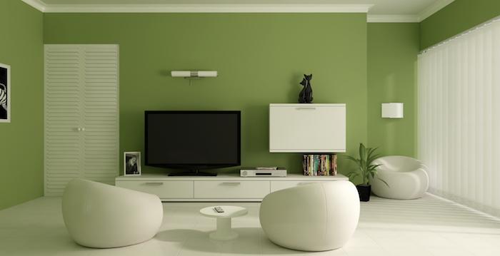 ein wohnzimmer mit grpnen wänden und weißen sofan und inem kleinen weißen stuhl, wandfarbe wohnzimmer