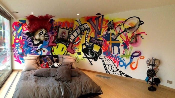 wandgestaltung jugendzimmer, bunte graffiti, großes bett, hund mit roten haaren, holboden