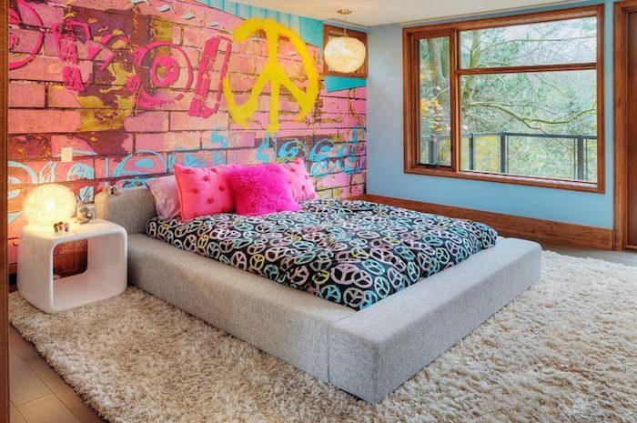 wandgestaltung jugendzimmer, rosa ziegelwand mit graffiti, beige teppich, dekokissen