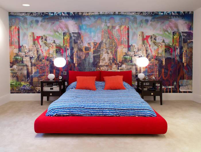 wandgestaltung jugendzimmer, große tapete, rotes bett, zwei identische nachttische mit lampen