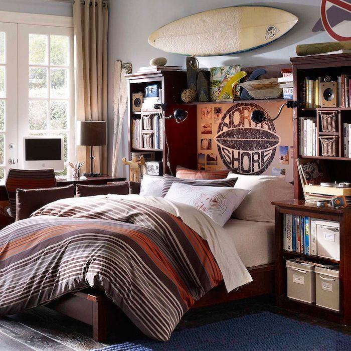 wandgestaltung wohnzimmer, gestreifte bettwäsche, regal mit bücher, jungenzimmer
