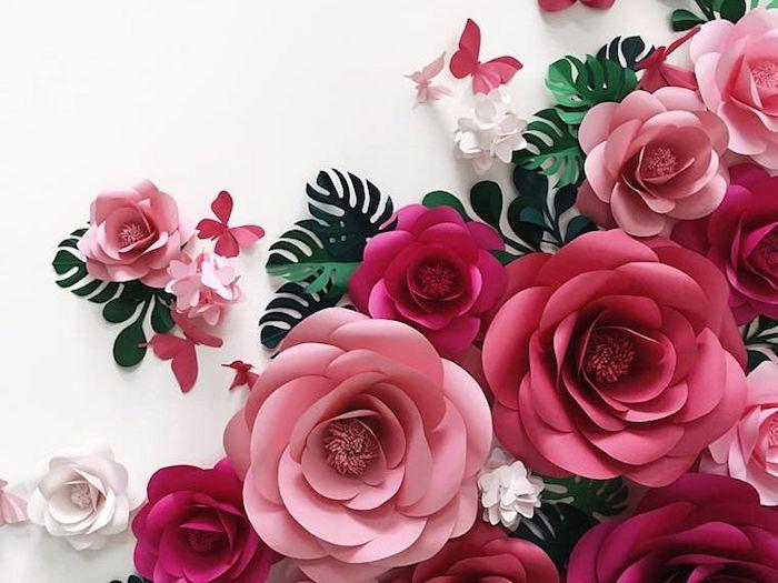 wandgestaltung wohnzimmer, weiße wand, große blumen aus rosa bastelkarton, diy