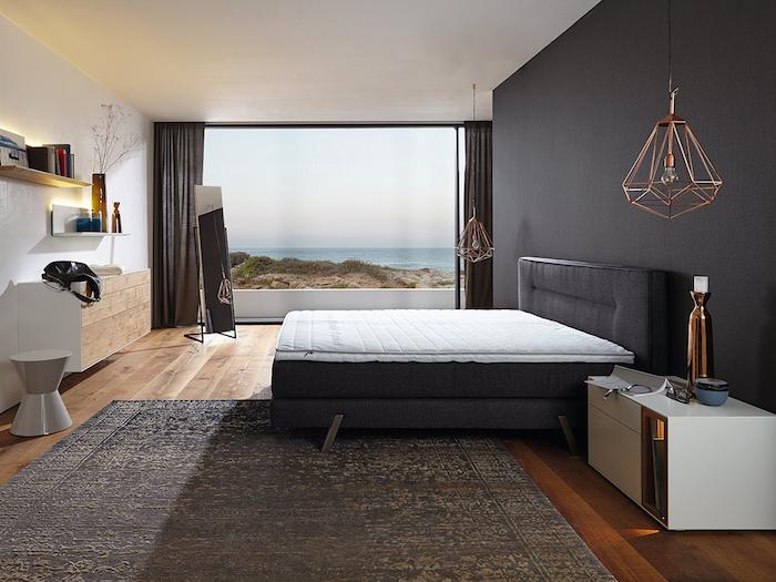 wandfarbe anthrazit im schlafzimmer, geometrische pendelleuchte, grauer teppich, großer fenster
