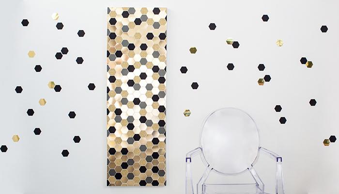 wangestaltung wohnzimmer, leinwandbild dekorieren, geometrische elemente, goldenes papier