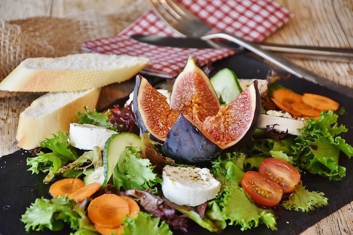 eine leckere speisedee, gesunder ernährungsplan mit feigen, käse und salat