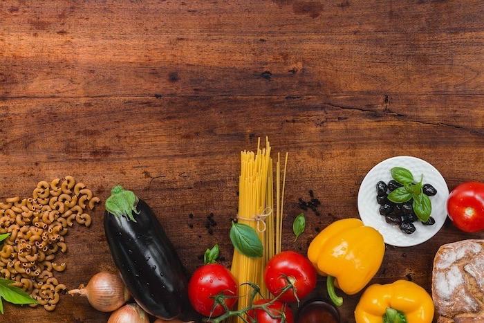 gesunder ernährungsplan, beispiel für gesunde nahrungsmittel, paprika, aubergine, spagetti, nudeln, vollkornprodukte, oliven, tomaten