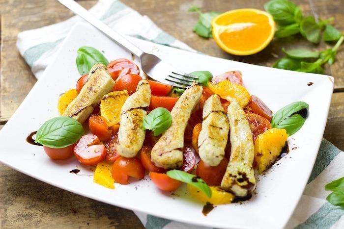 gesunder ernährungsplan, hähnchen mit salat, tomatensalat mit orangenstücken kombnieren, exotischer salat, basilikum gewürze