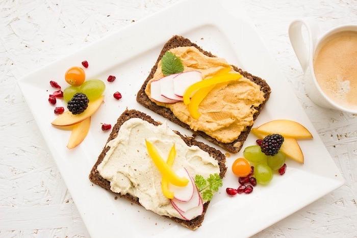 gesunder ernährungsplan, zwei brotscheiben mit brotaufstrich kaviar und paprika frischkäse, schönes essen, einfaches kochen