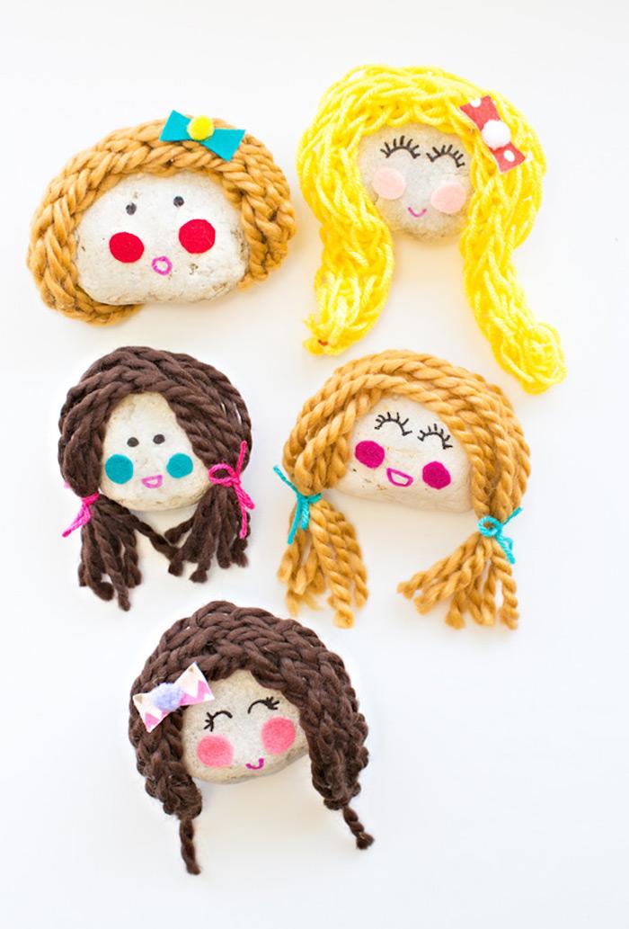 Puppen aus kleinen Steinen selber machen, Haare aus Garn, Gesichter mit Filzstiften zeichnen