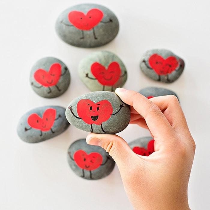 Steine mit Fingerabdrücken dekorieren, Herz gestalten, Gesicht mit Marker zeichnen
