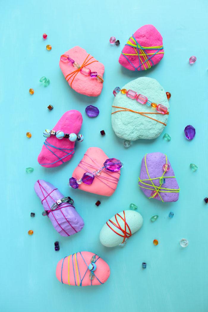 Kleine Steine bemalen, mit Gummibändern umwickeln, bunte Perlen