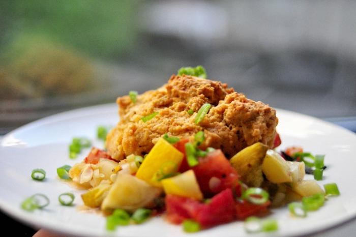 wie ernähre ich mich gesund, hier ein teller mit essen zum genießen, das auch gesunde kalorien und energie mitbringt