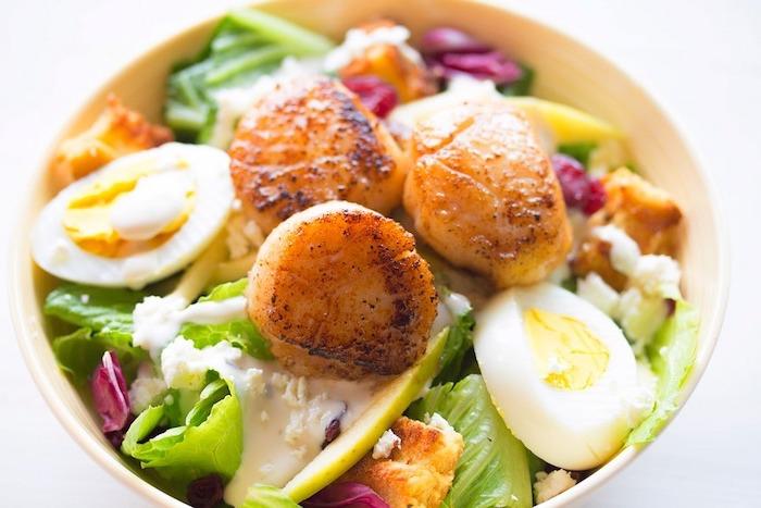 fleisch und eier zur proteineinnahme, salat essen, wie ernähre ich mich gesund,
