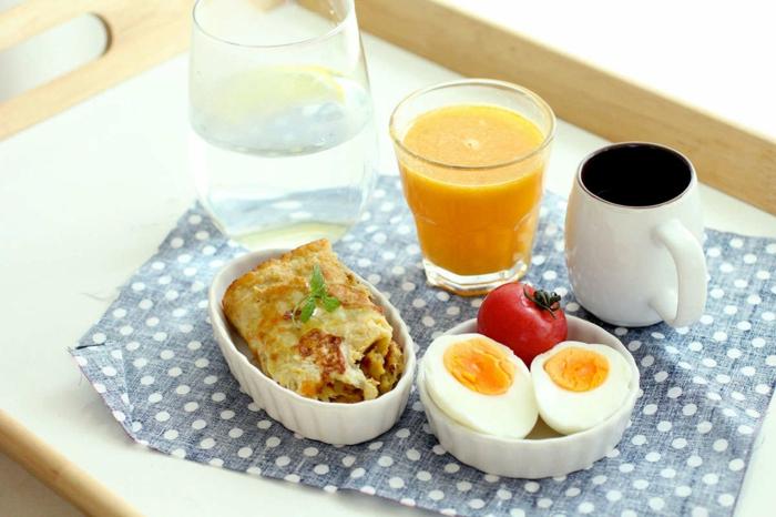gute ernährung ideen, kleine portion zum frühstück genießen, eier mit tomate, eier omlett, frisches obstsaft und kaffee