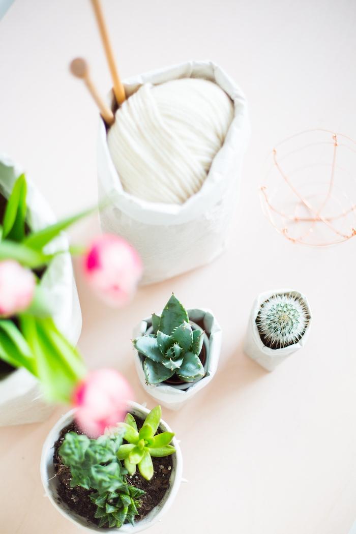 ein kleiner weißer blumentopf aus einem weißen alten papier und mit einem kleinen grünen kaktus, papiertüten basteln ideen, violette tulpen mit grünen blättern