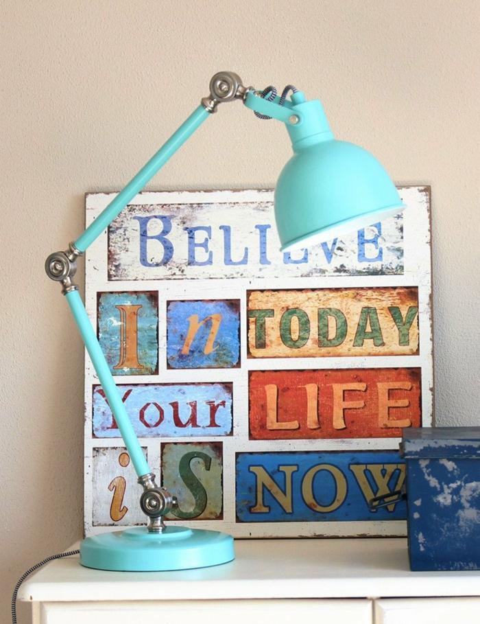 bunte Schilder mit Aufschriften, blaue gute Schreibtischlampe