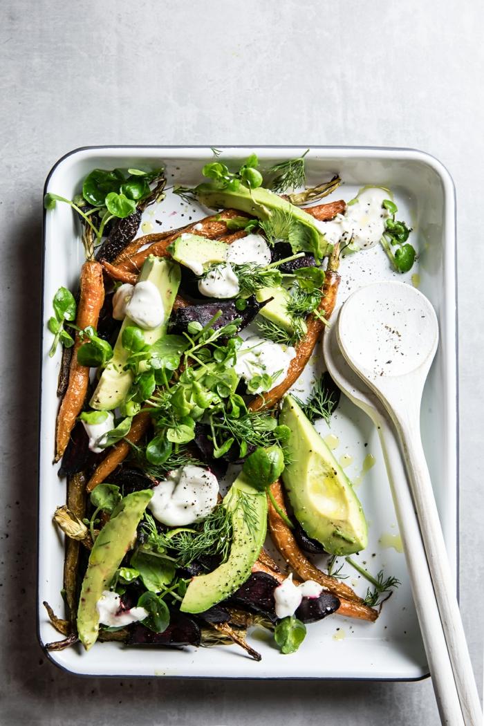 gebratene Karoten, weiße Soße, Dill, Rukola, raffinierte Salate in einem Blech