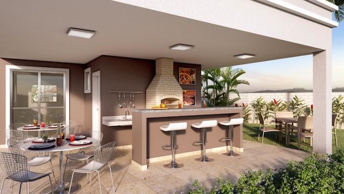 ein haus mit einer terrasse mit drei weißen stühlen und einem weißen kamin, ein tisch und graue stühle und grüne pflanze
