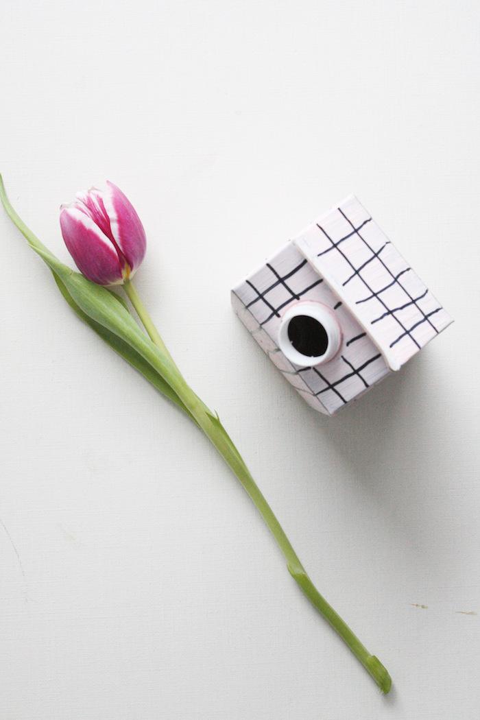 eine große violette trulpe mit langen grünen blättern und eine weiße vase aus einem alten weißen tetrapack, recycling basteln ideen, eine schritt für schritt diy anleitung