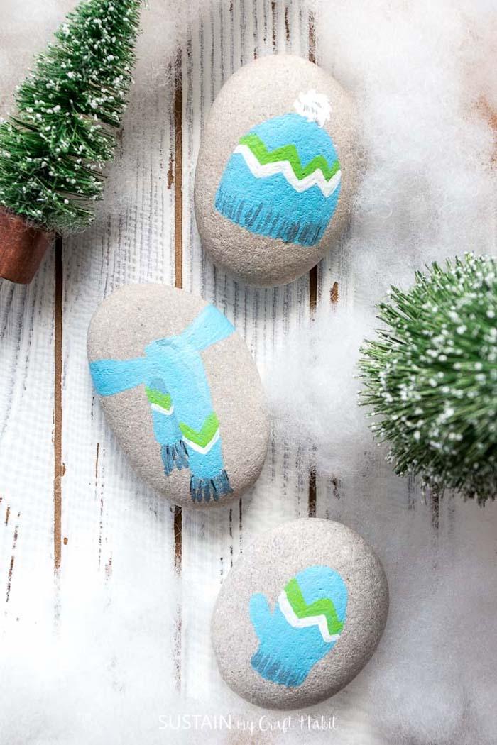 Kleine Steine bemalen, kreative Weihnachtsdeko basteln, Schal Mütze und Handschuh zeichnen
