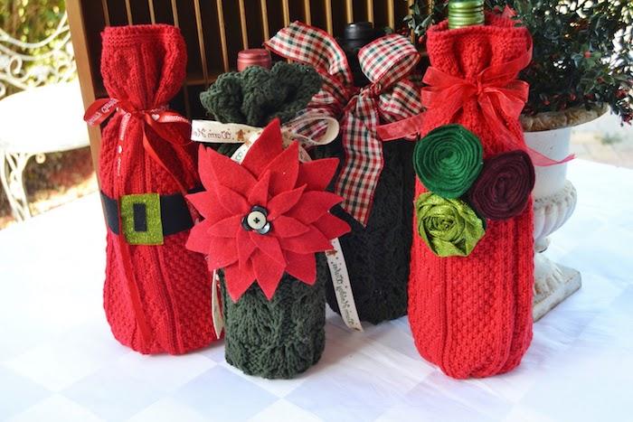 kleine rote flaschen mit grünen und roten blzmen und mit roten schleifen, eine weihnachtsdeko selber basteln ideen, upcycling diy