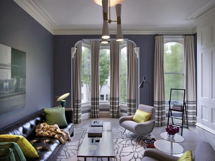 schwarzes ledersofa, gelbe und grüne dekokissen, welche farbe pafft zu grau, wohnzimmer deko