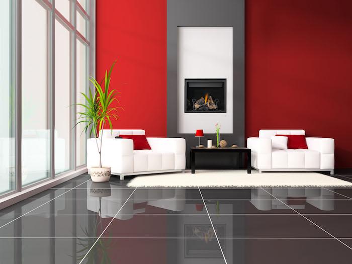welche farbe passt zu grau, rote wände, große keramikfliesen, zwei weiße sessel, palme