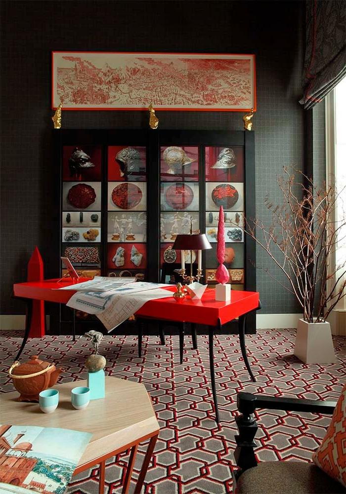 Farben, die zusammenpassen, ein Regal mit Bildern, ein rotes Bild, ein grauer Boden