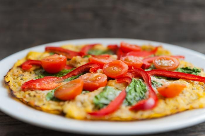 gesunde Gerichte, Kirschtomaten, Paprika, Spinat auf Omelette, kalorierarmer Pizza