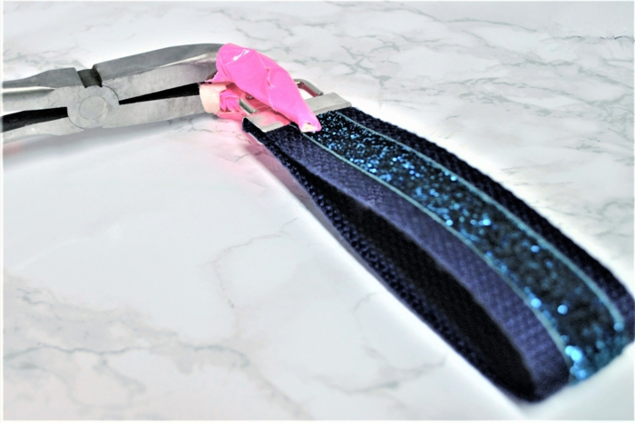 ein Schlüsselband in blauer Farbe, wie dem Ring zu befestigen, Schlüsselanhänger selber nähen
