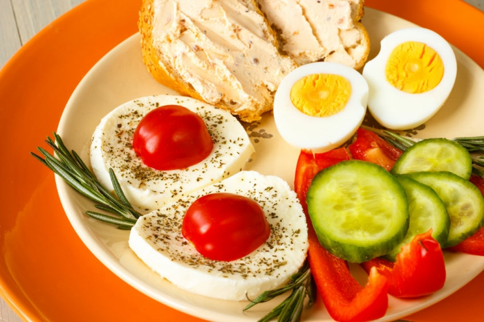 gesunder ernährungsplan, kaprese mit eier, gurken paprika und brot mit aufstrich, viele vitamine, wenige kalorien