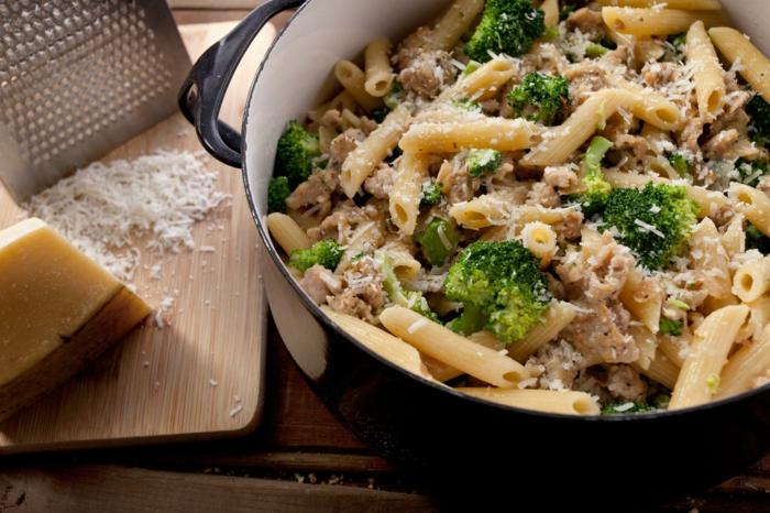 die richtige ernährung soll selbst gekocht sein, brokkoli mit nudeln und parmesan, leckeres rezept, vollkornpasta