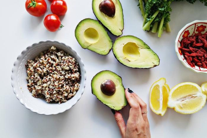 avocado, nüsse, zitrone, tomaten, petersilie, gojibeere, alles nötige für eine gesunde und richtige ernährung