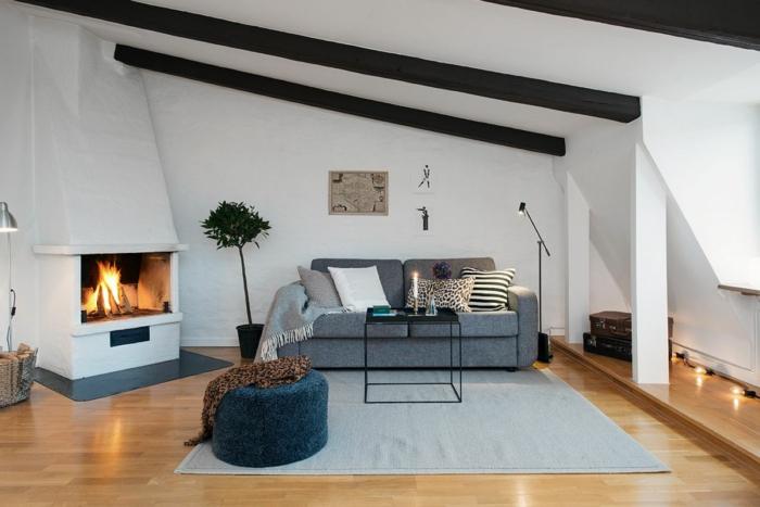 landhausmöbel idee, moderne möbel im landhausstil, kamin im wohnzimmer, großes sofa, kerzen, hocker, blume, tisch